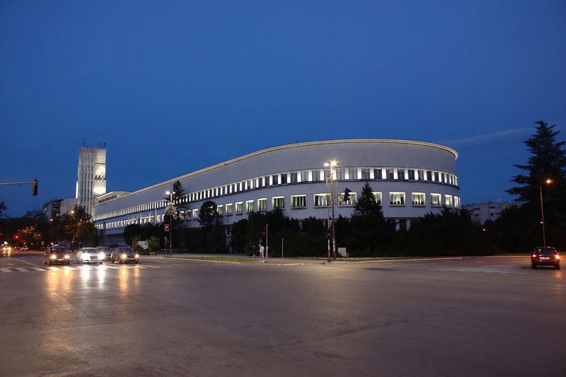 1024px-Novi_Sad,_Mihajla_Pupina,_budova_vlády_Vojvodiny_večer.jpg
