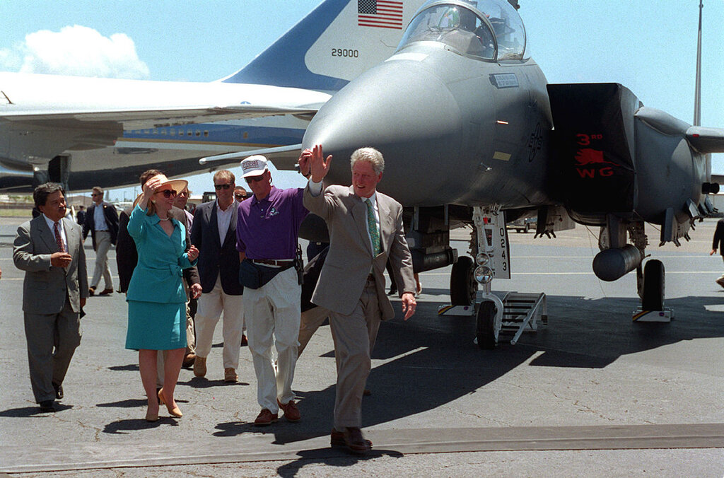 1200px-Bill_and_Hillary_Clinton_and_Air_Force_One_Sep1-1995[1].jpg