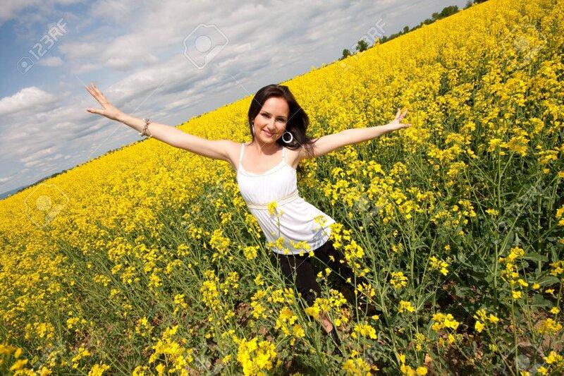 13378663-mujer-joven-en-el-campo-de-la-violación-amarillo-levantar-los-brazos.jpg