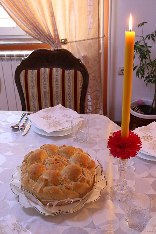 640px-Serbian_Slava_Candle_and_Bread[1].jpg