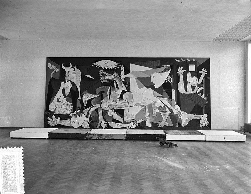800px-Plaatsen_Guernica_van_Picasso_in_Stedelijk_Museum,_Bestanddeelnr_907-8865.jpg