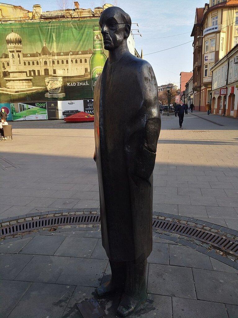 800px-Tuzla_-_Meša_Selimović_Statue_(2019).jpg