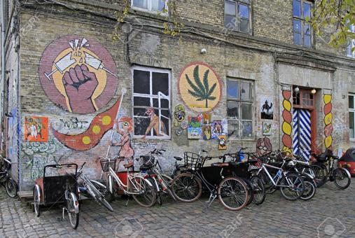 85229275-kopenhagen-dänemark-27-april-2017-interessant-gemaltes-gebäude-im-freetown-christiani...jpg