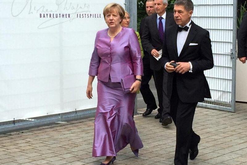 Bundeskanzlerin-Angela-Merkel-2016-mit-ihrem-Ehemann-Joachim-Sauer-bei-den-Festspielen-in-Bayr...jpg
