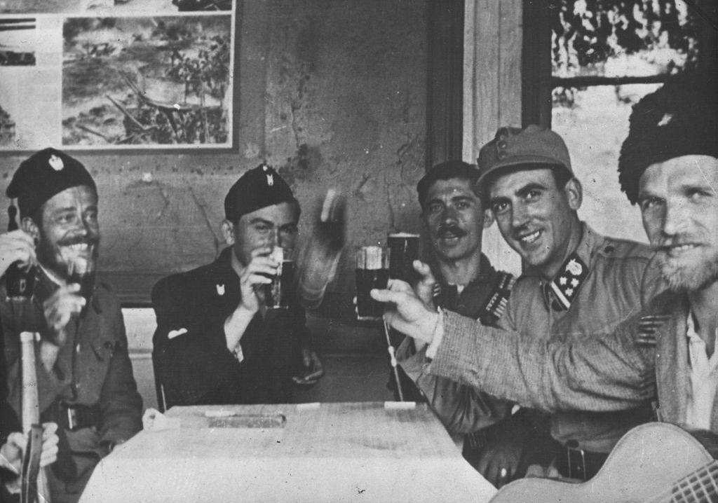 Četnici,_domobrani_i_ustaše_zajedno_piju.jpg