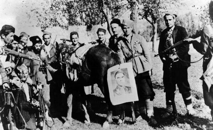 četnici sa pavelićevom slikom na repu magarca.jpg