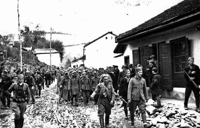 Četnici sprovode zarobljene nemce.jpg