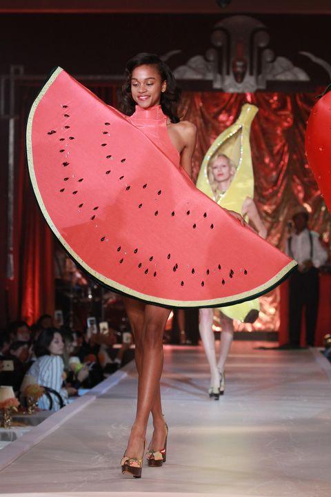 charlotte-olympia-londra-ss17-modelle-frutta-2.jpg