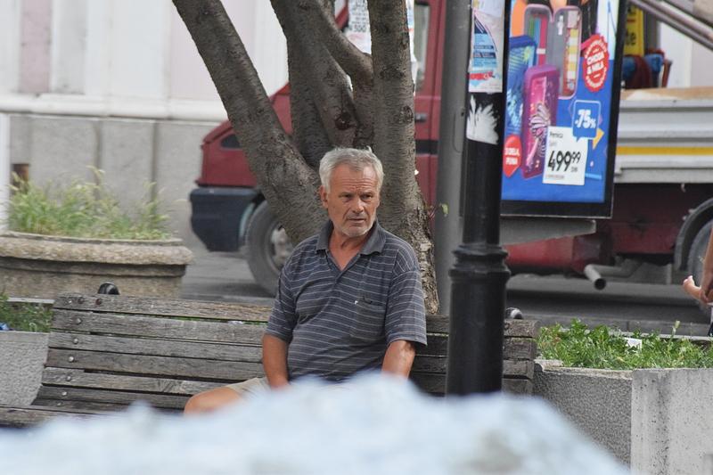 човек на клупи.jpg