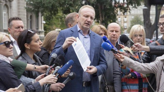 Dragan-Đilas-ispred-predsedništva-678x382[1].jpg