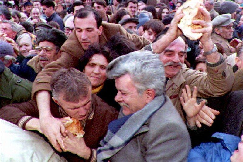 Hiper-inflacija-sankcije-Beograd-1994-godina-deljenje-hleba-siromastvo-830x553.jpg