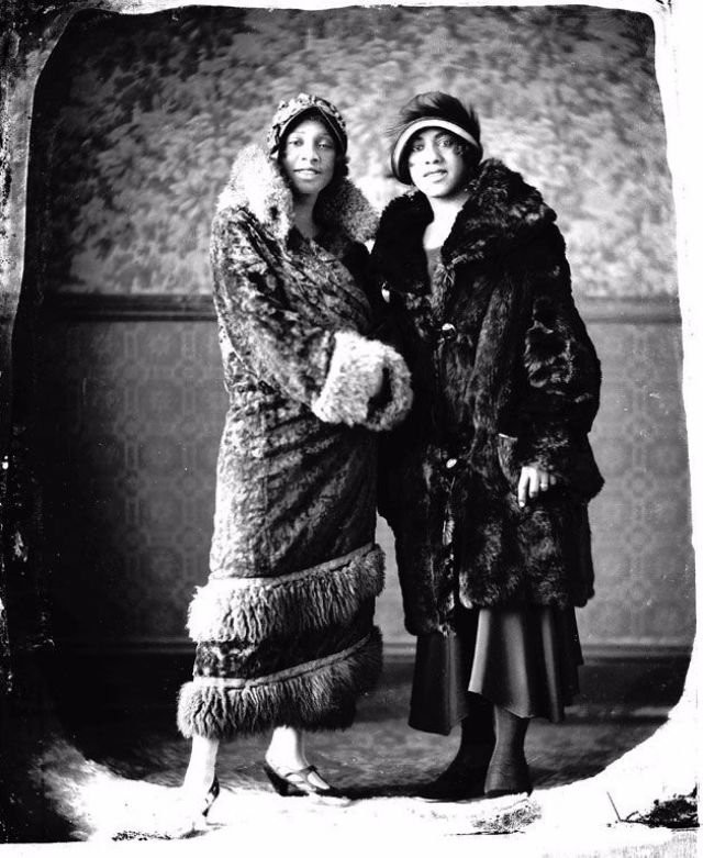 i A couple of fashionable women, 1920s.jpg
