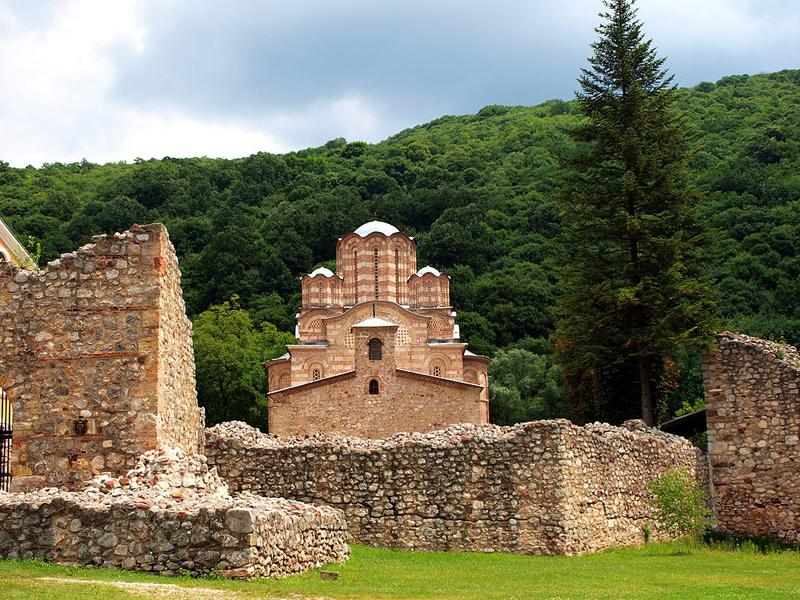 Manastir_Ravanica_sa_zidinama.JPG
