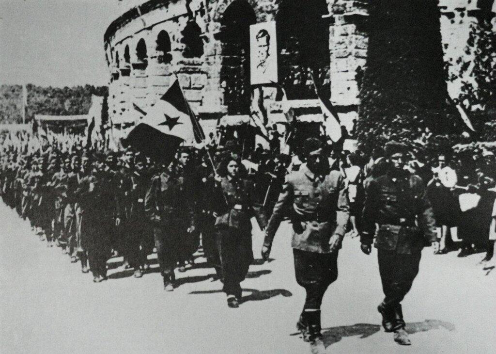 Partizani_ulaze_u_Pulu_1945.jpg