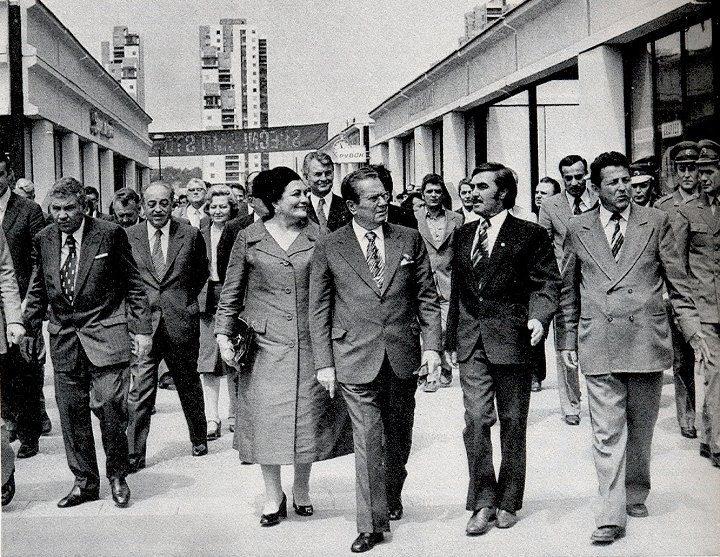 Predsednik Republike Josip Broz Tito sa suprugom Jovankom u poseti bloku 45, 14. maja 1977. go...jpg