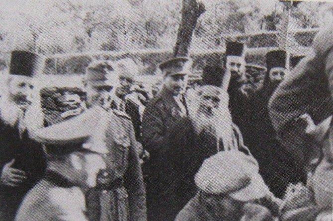 Vaskrs-na-Atosu-1944.-godine.-Nemacki-oficiri-sa-svetogorskim-monasima-670x445.jpg